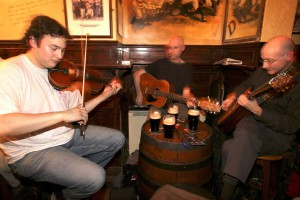 Irish -Folk in einem Irish-Pub