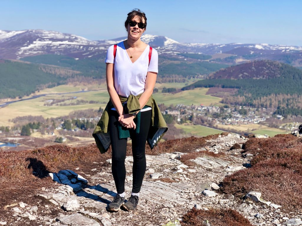Frau im Cairngorms Nationalpark